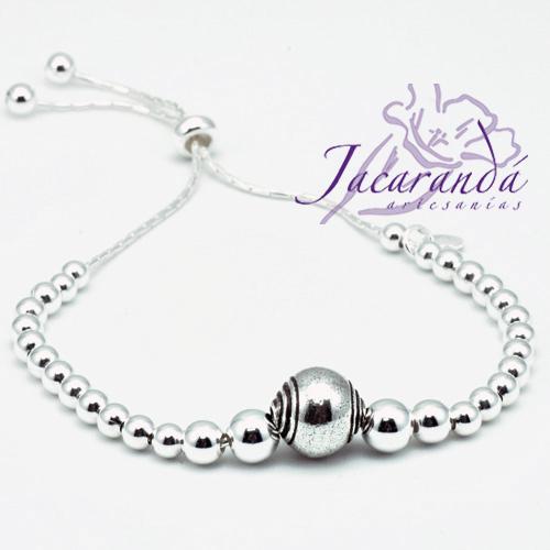 Pulsera bolitas lisas de plata en degrade de tamaños, alma cadena de plata, centro bola con espiral