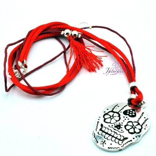 Colgante hilo seda rojo y algodón con vulanico medalla Catrina 35 mm