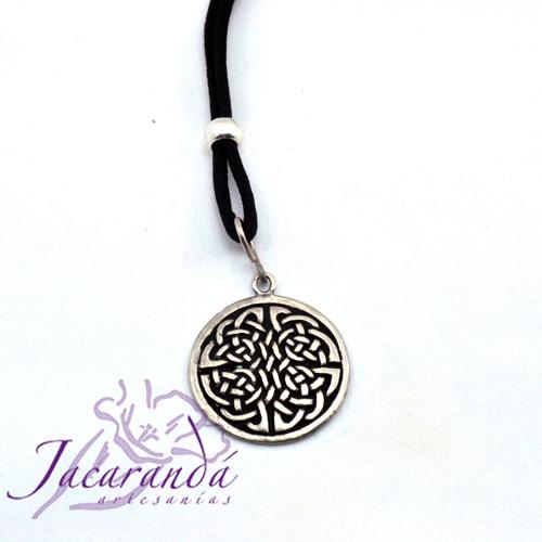 Colgante nudos celtas con cordón de hilo de seda negro
