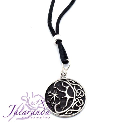 Colgante nudos celtas motivo eclipse con cordón de hilo de seda negro