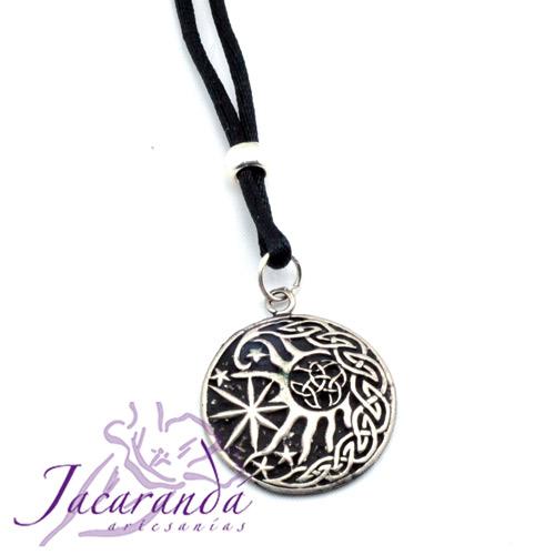 Colgante Sol y estrella-con motivos celtas con cordón de hilo de seda negro