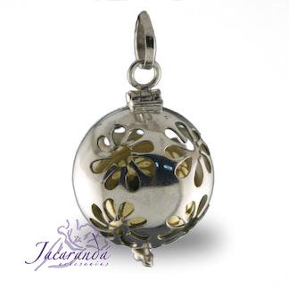 Llamador de ángeles labrado en plata 925 con diseño de margarita en 20 mm