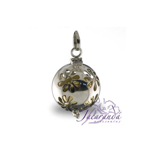 Llamador de ángeles labrado en plata con diseño de margarita en 14 mm
