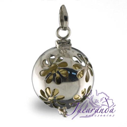 Llamador de ángeles labrado en plata con diseño de margarita en 20 mm